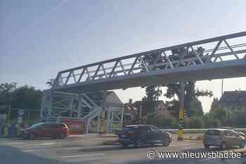 """Nieuwe voetgangersbrug over A8 baart al meteen zorgen: """"We kunnen nog niet over de brug, maar het zebrapad is al weg"""" - Het Nieuwsblad"""