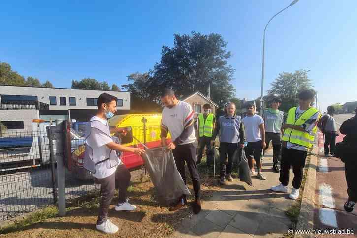 Staatssecretaris helpt inwoners asielcentrum zwerfvuil rapen