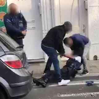 ▶ Vijf agenten gewond na uit de hand gelopen controle: beelden tonen hoe automobilist politie aanvalt met krik