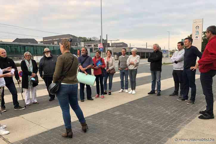 Buurtbewoners overhandigen petitie tegen plannen voor zomerbar van schepen