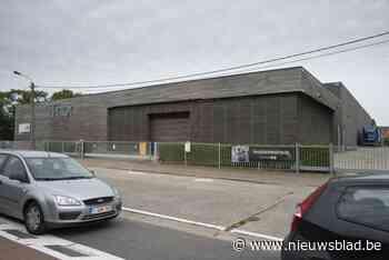 Gemeenteraad keurt aankoop van meubelfabriek goed: komt er naast zwembad ook podiumkunstenhuis?