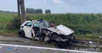 Auto verliest wiel na klap tegen boom: jonge bestuurder in levensgevaar - Het Laatste Nieuws