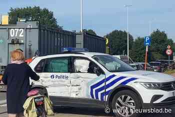 Politievoertuig aangereden op weg naar interventie