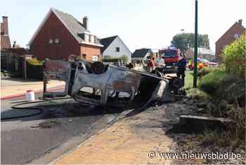 Auto belandt op dak en schiet in brand: bestuurder naar ziekenhuis