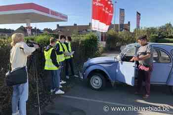 Leerlingen VTI controleren samen met politie voertuigen op technische mankementen