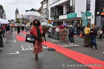 Street Fashion Show rolt rode loper kort maar krachtig uit