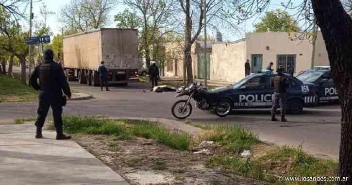 Un motociclista chocó con un camión y murió aplastado en San Rafael - Los Andes (Mendoza)