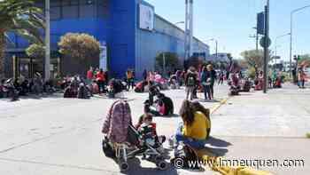 Caos de tránsito por el acampe de organizaciones sociales en Avenida Argentina - LM Neuquén