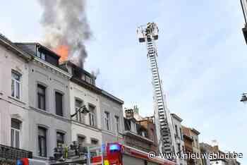 Zolderkamer brandt helemaal uit: twee bewoners naar het ziekenhuis