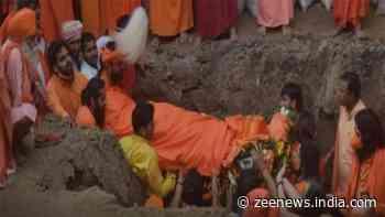 Mahant Narendra Giri`s mortal remains given 'bhoo-samadhi' at Baghambari Mutt