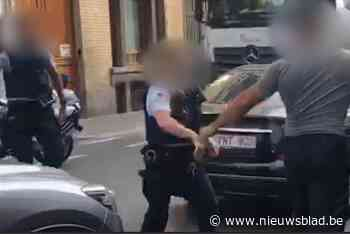 Man die agenten toetakelde met krik in Molenbeek mag naar huis met enkelband, vakbonden boos over beslissing
