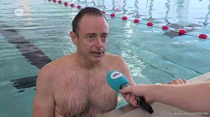 Burgemeester Bart De Wever mag als eerste baantje trekken in gloednieuw zwembad in Deurne