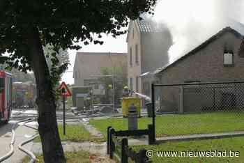 Garages naast woning branden volledig uit in Heultje