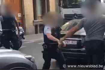 Nieuwe beelden opgedoken van geweld tegen politie in Molenbeek: man slaat agente met één klap K.O.