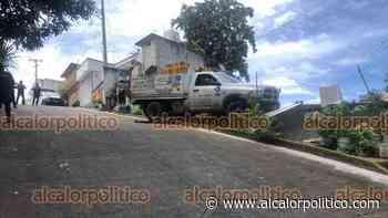 Sin control, camioneta repartidora termina sobre techo de vivienda, en Xalapa - alcalorpolitico