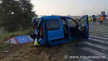E403 opnieuw decor van zwaar ongeval: Bestelwagen rijdt in op auto, kind naar ziekenhuis