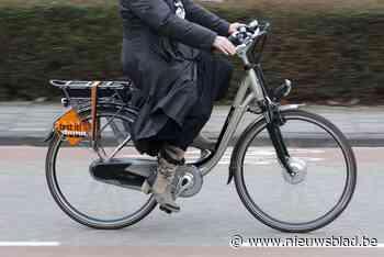 Vrouw (86) op elektrische fiets gewond na botsing met auto