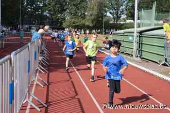 Schoolkinderen binden massaal sportschoenen aan voor veldloop