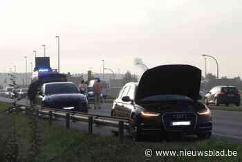 Auto moet getakeld worden na rookontwikkeling onder motorkap - Het Nieuwsblad