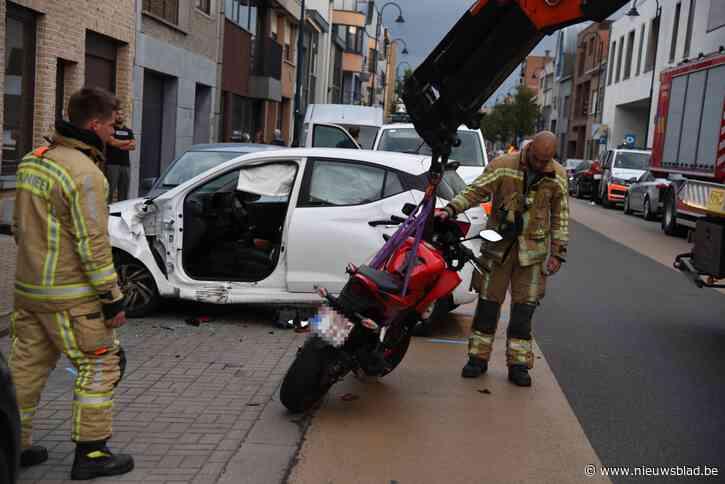 Auto en motor botsen, bestuurders gewond<BR />