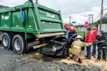 Carro para embaixo de caminhão após acidente, em Jaraguá do Sul - Jornal de Pomerode