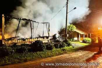 Incêndio destrói residência, em Rio dos Cedros - Jornal de Pomerode