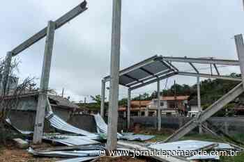 Dois homens ficam feridos após galpão em construção desabar em Guaramirim - Jornal de Pomerode