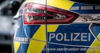 Polizei mit mehreren Streifenwagen vor Einkaufszentrum Real in Bexbach - Saarbrücker Zeitung