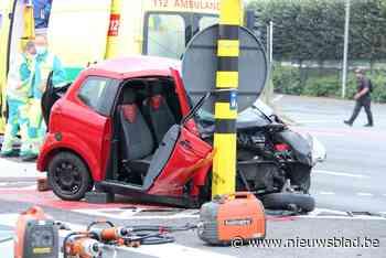 Bestuurder brommobiel uit autootje geslingerd na frontale aanrijding: man was vermoedelijk door rood licht gereden<BR />