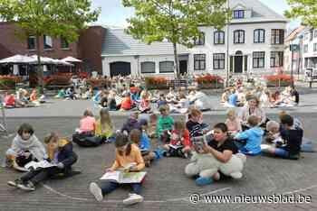 Leerlingen houden lees-in op de Markt