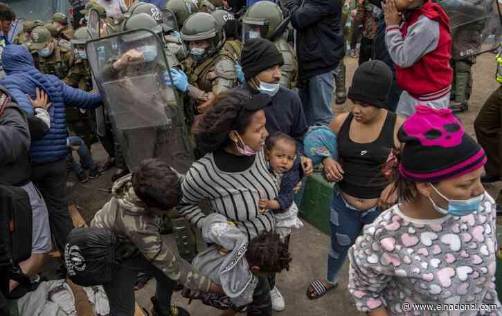 La policía arremete contra migrantes venezolanos indocumentados al norte de Chile