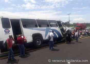 Camión se sale del camino y termina en la cuneta en Veracruz - La Silla Rota