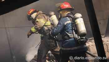 Dos personas con quemaduras en incendio de taller de muebles en Soyapango - Diario El Mundo
