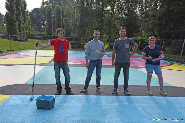 Dankzij 150 liter verf en team van vrijwilligers wordt basketveldje omgevormd tot kleurrijk hypercourt<BR />