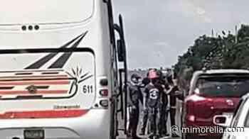 Normalistas retienen autobuses y bajan a pasajeros, en Morelia - MiMorelia.com