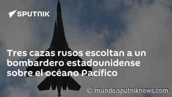 Tres cazas rusos escoltan a un bombardero estadounidense sobre el océano Pacífico - Sputnik Mundo