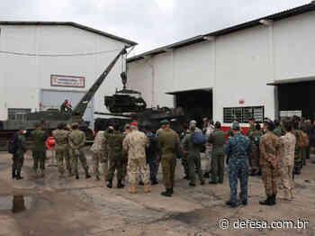 Adidos militares de nações amigas visitam guarnição de Santa Maria - Defesa - Defesa - Agência de Notícias