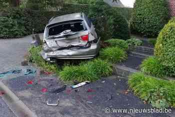 Bestuurder vlucht nadat hij auto zwaar geramd heeft - Het Nieuwsblad