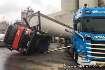 Citerne van truck begeeft het en doet tweede vrachtwagen kantelen
