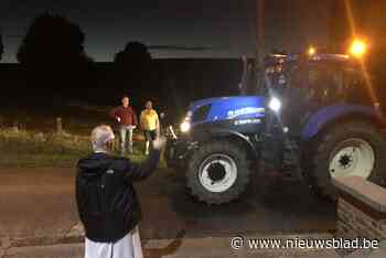 Pastoor Pierre De Vidts gaf elke tractor, groot of klein, Gods zegen op het Kerkemplein