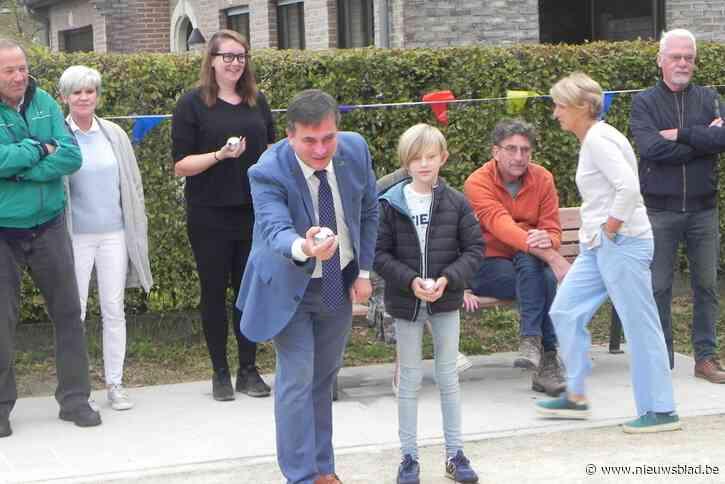 Burgemeester en jonge wijkbewoner gooien eerste petanquebal op nieuw veld