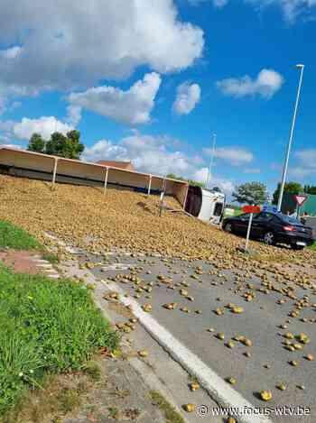 Vrachtwagen met aardappelen kantelt, 30 ton op rotonde in Ingelmunster - Focus en WTV