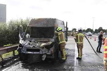 Bestelwagen brandt volledig uit op Expresweg in Kontich