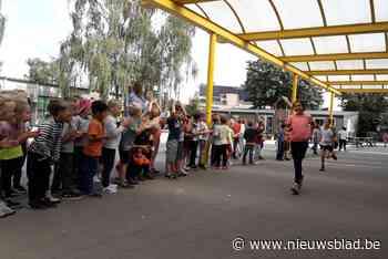 Leerlingen lopen en supporteren op eigen loop van Go! basisschool De Brug