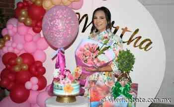 Martha Guadalupe Medina Vega disfruta divertida fiesta tropical - Debate