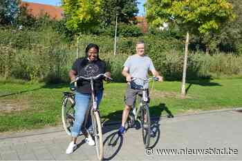 Volwassenen leren fietsen, ook Niels gemeenteraadslid Evelyn Ibie