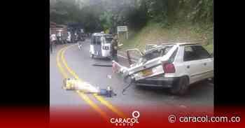 El choque entre un carro y una moto dejó una persona muerta y dos heridas - Caracol Radio