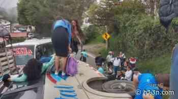 Volcamiento de un bus se presentó en la vía Medellín-La Pintada - Hora 13 Noticias