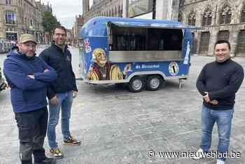 """Ieper trakteert bezoekers zaterdagmarkt op """"beste blond bier van België"""" bij nieuwe tapwagen - Het Nieuwsblad"""