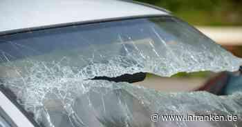 Hof: Junger Mann (23) tritt Spiegel ab und schlägt Autoscheiben ein - dann bekommt er schlechtes Gewissen